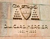 Escudo de armas y la fecha de la vida del cardenal estatua mercier — Foto de Stock