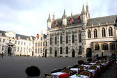 Restaurant and the historic buildings on the square Bruges, Belgium — Stock Photo