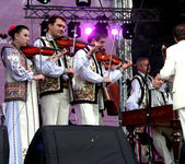 Moldovan violinists in national costumes — Stock Photo