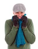 Giovane uomo con guanti e sciarpa tremando dal freddo — Foto Stock