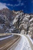 Horská silnice se sněhem — Stock fotografie