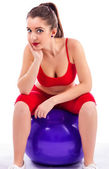 Bellissima giovane donna rilassante sulla palla grande esercizio di malva — Foto Stock