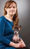 彼女のチワワを持つ若い女性の肖像画 — ストック写真