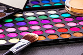 Make-up colorful eyeshadow palettes with makeup brush — Stockfoto