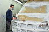 Arbetstagaren måla en bil. — Stockfoto