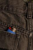 Pretos azul jeans com o isqueiro no bolso de trás — Foto Stock