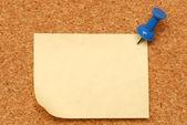 Macro of blank note thumbed tacked on corkboard — Stock Photo