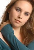 Doordachte mooie jonge vrouw in groene trui — Stockfoto
