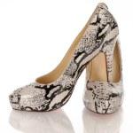 kvinnors högklackade python skor — Stockfoto #24176271