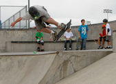 Teenage skateboarder doing a roast beef jump on ledge — Stock Photo