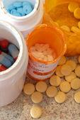 Detalhes de vários comprimidos diferentes e frascos de medicação — Foto Stock