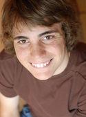 Chłopiec z szczęśliwy uśmiech ekspresji w wieku 14 lat — Zdjęcie stockowe