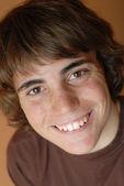Jongen leeftijd veertien met gelukkig expressieve glimlach — Stockfoto