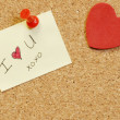 Note saying I love you on cork board — 图库照片