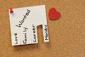 Observe com amor, família, carreira, dinheiro, anexado para o quadro de cortiça com pushpi vermelho — Fotografia Stock