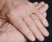 Detalles de la mano de hombre casado senior sobre fondo negro — Foto de Stock