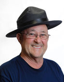 Senior man wearing big brim black hat — Stock Photo