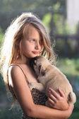 Lyckligt barn håller en liten hund — Stockfoto
