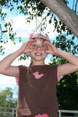 微笑的蓝蓝的天空背景上的小女孩 — 图库照片