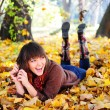 Girl lying in leaves. - Foto Stock