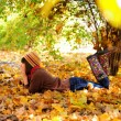 Girl lying in leaves. — Stockfoto