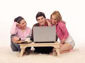 Amici con il portatile. — Foto Stock