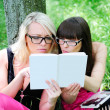 Student girls reading the book — Foto Stock