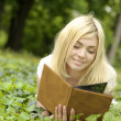 Girl reading a book outdoor. — Stock Photo
