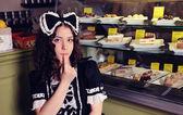 Mädchen mit einem kuchen. — Stockfoto