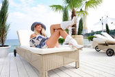 Woman in hat lie on a lounger. — Stock Photo