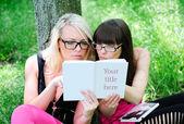 Ragazze studente leggendo il libro — Foto Stock