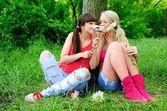 Dvě krásné mladé ženy přátelé. — Stock fotografie