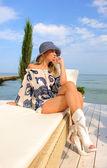 Mujer con sombrero en la playa de mar. — Foto de Stock