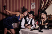 Glücksspiel mafia-typ mit zigarette, poker zu spielen. — Stockfoto