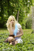Fille avec livre en plein air. — Photo