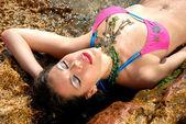 женщина расслабляющий в морской воде — Стоковое фото