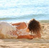 Dziewczyna w białej sukni na plaży — Zdjęcie stockowe