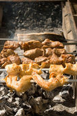 Montone, un pollo e un pesce su un barbecue — Foto Stock