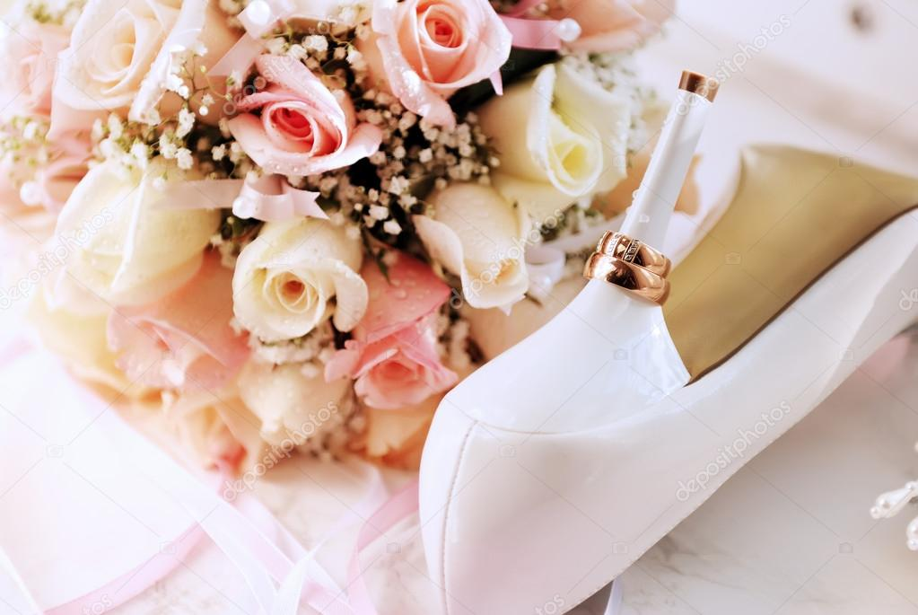 Wedding background from rings, bouquet and white shoes bridge — Stock Photo #14208873