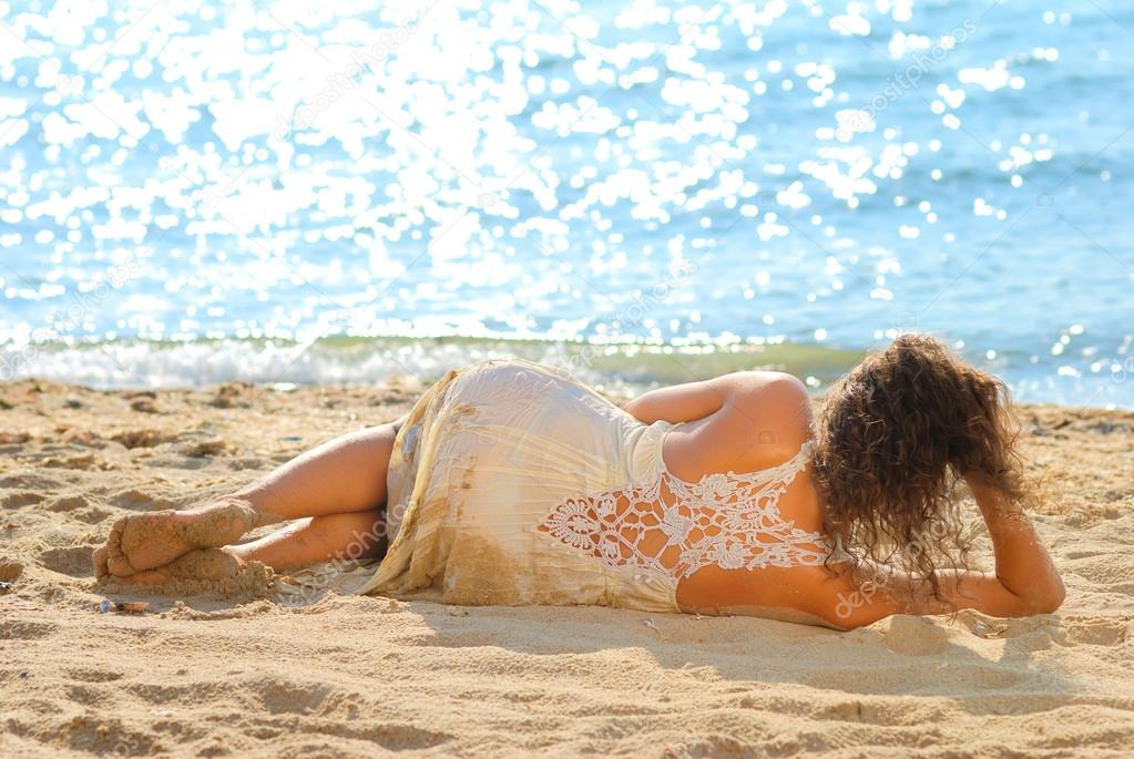 photos of girls laying on the beach № 11748