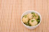 Vařené brambory s petrželkou na bambusovou — Stock fotografie