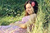 Hamile kadını çimde rahatlatıcı. — Stok fotoğraf