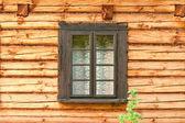 Fenster von einem alten holzhaus — Stockfoto