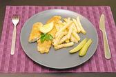Smažené ryby a čipy na štítku na večeři — Stock fotografie