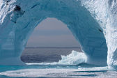 Isberg utanför grönlands kust, atlanten. — Stockfoto