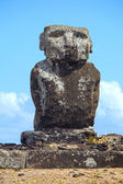 Single Statue of Ahu Ature Huki standing alone over looking Anakena Beach, Easter Island, Chile. — Stock Photo
