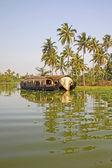 Traditionella hus båt sailling längs kanalen i bakvatten närheten av alleppey, kerala, indien. — Stockfoto
