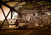 Autobusy v železný řetězový most — Stock fotografie