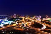 Noční pohled na most a město šanghaj, čína. — Stock fotografie