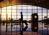 Hall terminal do aeroporto. viajantes ambulante — Foto Stock